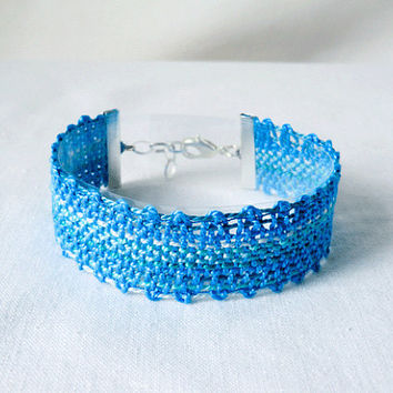 bracelet, handmade bobbin lace out of bead yarn, turquoise, silver fastener, laurinke no 1028
