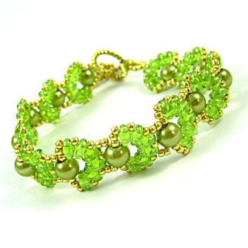 Cascara Green, Beadwork Bracelet with Pearls and Peridot Green Super Duo Beads.