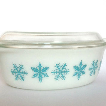 Vintage Pyrex 1.5 Quart Dish With Glass Lid Snowflake Pattern Christmas In July