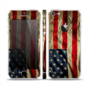 The Dark Wrinkled American Flag Skin Set for the Apple iPhone 5