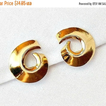 SALE Vintage MOD Earrings, 1960s Abstract Gold Swirl Earrings, Retro Clip On Earrings, Mid Century Earrings.