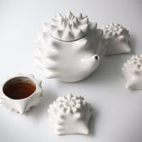 Mommy Hedgehog teapot and its baby cups.