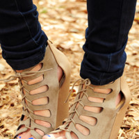 Strike A Pose Wedges: Taupe