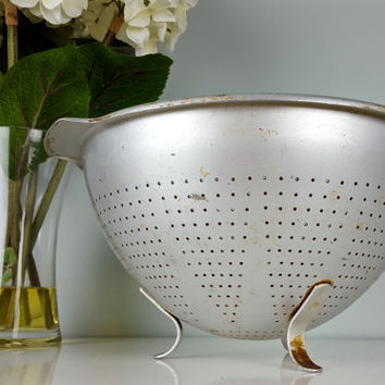 Vintage Footed Colander Aluminum, Vintage Pasta Strainer, Rustic Chic, Farmhouse, Shabby Chic, Kitchen Decor, Kitchen Tools, Gadgets