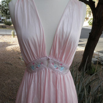 Vintage Night Gown. Nightgown. Light Pink. Pink. Full Lengeth. Deep V Neckline. Size Medium.