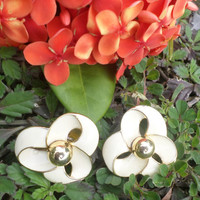 TRIFARI TM Enamel Cream Flowers Gold Tone Earrings Vintage Clip Stud