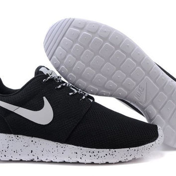 n062 - Nike Roshe Run (Oreo Black/White)