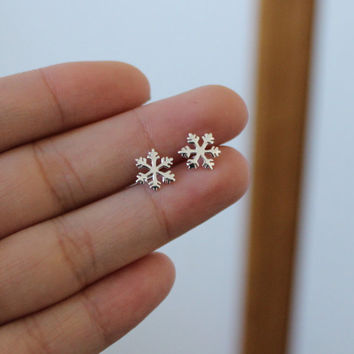 Sterling Silver SnowFlake Stud Earrings, Christmas Gift, Dainty Earrings, Silver stud Earrings, Sister Gift, Mother gift, small Stud.