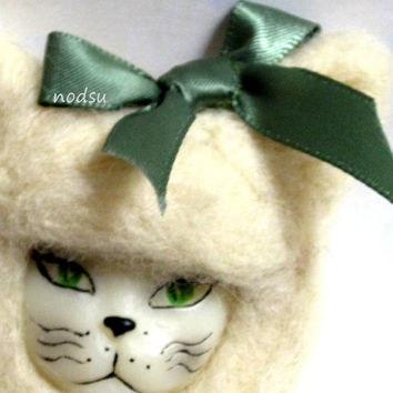 Kitty brooch, cat pin, white, needle felted, kawaii