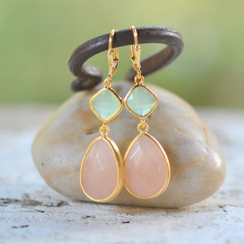 Soft Peach and Mint Bridemaid Earrings in Gold. Dangle Earrings. Bridesmaid Jewelry. Wedding Jewelry.