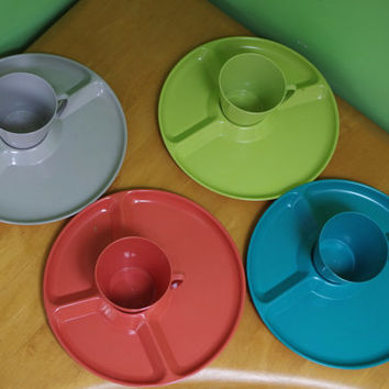 Colorful Vintage 1950s Snak Pak Set of 4 Snack Plastic Sectioned Plates and Matching Cups