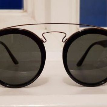 Gotopfashion Ray ban RB4256 Gatsby sunglasses. Black frames with gold bars.