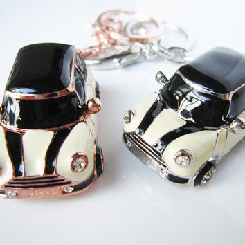Pepper white body car, black stripes, black and white plaid mini car keychain, drop of oil plus ,grade crystal, white gold car,luxury gift
