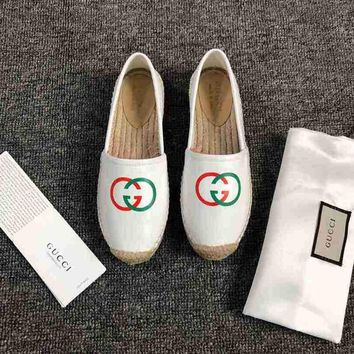 Gucci Dual G V-pattern flat-soled straw-woven white fisherman's shoes and slippers