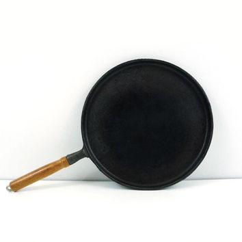 Vintage flat cast iron skillet pan, Wood handle
