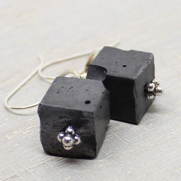 Cube earrings - black