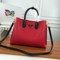 374 Prada High-Capacity Simple Light Handbag 31-24-13 red