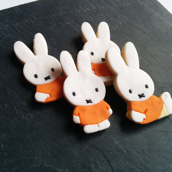 12 adorable Miffy cookies decorated with vanilla fondant.