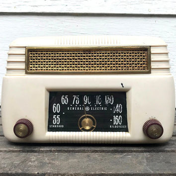 Vintage General Electric Radio, 1946 GE Radio Model 201, Ivory Plaskon Casing, Tabletop Tube Radio, 1940s
