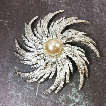 Beautiful Large silver tone and faux pearl swirl flower floral Sarah Coventry brooch pin. Huge and in pristine condition.