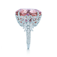 Tiffany & Co. - Ring in platinum with diamonds and a 25.29-karat oval kunzite.
