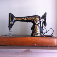 Antique Singer 1919 Red Eye Model 66 sewing machine, with foot pedal for automatic use, dome case, Working!