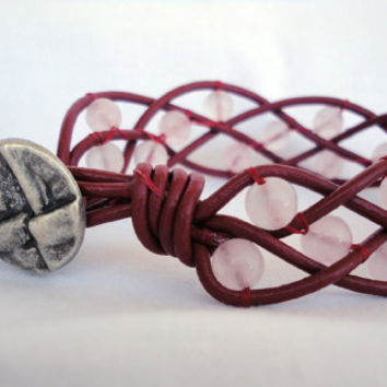 Rose quartz in woven Leather. Bracelet cuff. Macrame. Pulsera