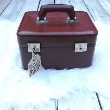 1960s burgundy red vintage vanity case. Faux leather traincase with key
