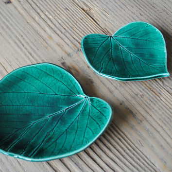 Set of 2 leaf shaped ceramic plates/ Emerald green/ Handmade/ Decorative Plate / Home Decor / Best gift for any occasion / Housewarming gift
