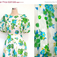 ON SALE Vintage Floral Dress / Short Sleeve 70's Dress with Frilly Bib.