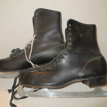 black ice skate - Vintage  - Great for Decorating- Wreaths-  Display- Props