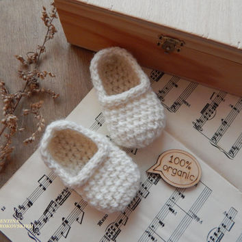 Gift for mom and baby. Set.Crocheted Baby Slippers and wooden brooch,Crochet Baby Booties. Natural organic wool booties. Wool Baby Booties.