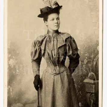 Cabinet Card Photo - Portrait of a Slim Young Victorian Lady Wearing a Hat - Hellis & Sons of London England