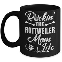 DCKIJ3 Rockin The Rottweiler Mom Life Mug