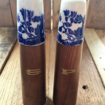 Vintage 1960s Blue Willow Salt and Pepper Shakers / Wood and Ceramic Salt and Pepper Shakers / Japanese made Tall Salt and Pepper Shakers