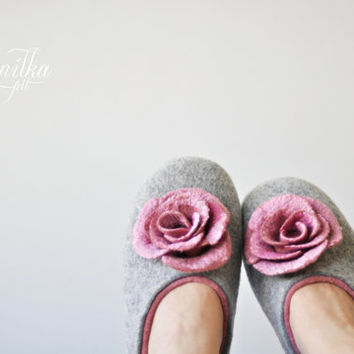 Felted slippers for women - Gray & Soft Pink - Made to order - Wool shoes / Silk flowers / Handmade home shoes / Spring trend