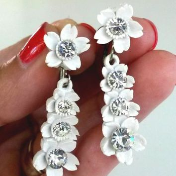 Vtg White Floral Featherlite Rhinestone Dangle Screwback Earrings Plastic