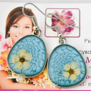 Earrings with Real Flowers embedded in resin, flower earrings, silver plated settings, white flower earrings, caribbean blue, blue earrings