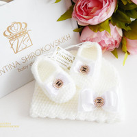 Pregnancy announcement idea for grandparents. Grandparent reveal gifts. Baby girl. Baby booties. Exclusive72. Set. Beanie and baby slippers.