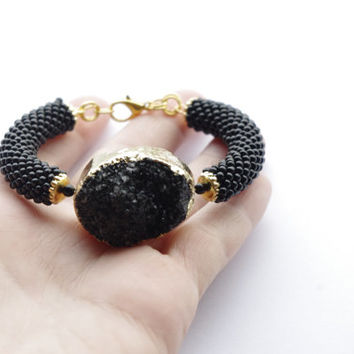 Black Drusy agate stone bangle barcelet. Black bracelet with druzy agate and made of seed beads. Raw stone bracelet. Modern jewelry.