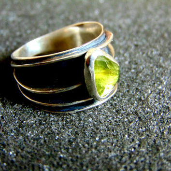 Beautiful sterling silver and peridot statement ring-Women's silver 925 gemstone ring-Silver rings for women-Artisan jewelry-Greek art