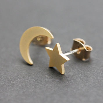 Tiny Crescent Moon & Star stud Earring / Moon and star earrings- available color in 2color (silver,gold)