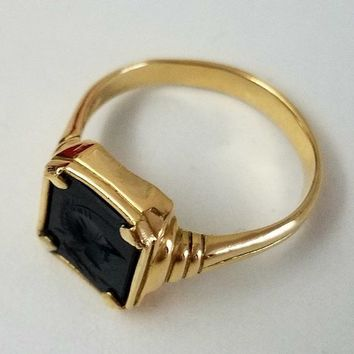 Vintage ring in 18 k gold with intaglio on onyx for men