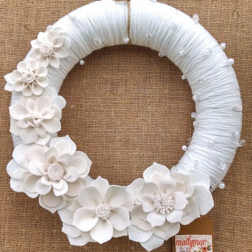 all white yarn and felt wreath, felt flower wreath, yarn wreath, beadeded wreath, holiday wreath, floral wreath,14 inch size,ready to ship