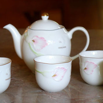 Japanese Tea Set Hanae Mori Teapot and Five Cups with Pink Calla Very Elegant