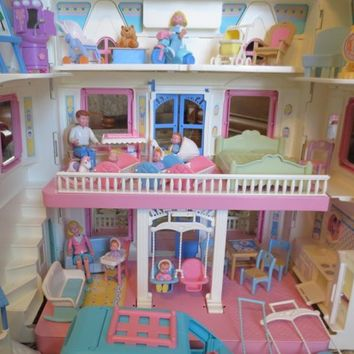1993 Fisher Price Dream Dollhouse Doll House Large Set