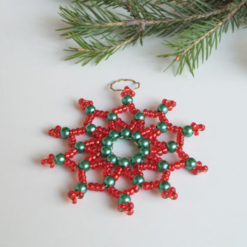 beaded star ornament, star shaped gift tag made from seed beads and wire, christmas decoration in red or lilac, star pendant