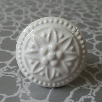 Shabby Chic White Ceramic Dresser Drawer Knobs Pulls Handles Embossed Flower / French Country Decorative Knob Kitchen Cabinet Handle Pull