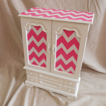 VINTAGE, White painted Jewelry box with pink chevron detail. Pink jewelry box. Girls room decor