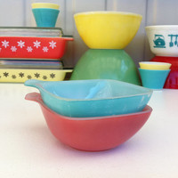 Pink and turquoise Agee Pyrex ramekins!! Cute, Australian Crown Pyrex dishes! ReTrO KiTcHeN!!